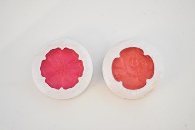 Meus blushes favoritos. O primeiro é um super rosa lindo, e o segundo é um coral com brilhinhos dourados. Amo.