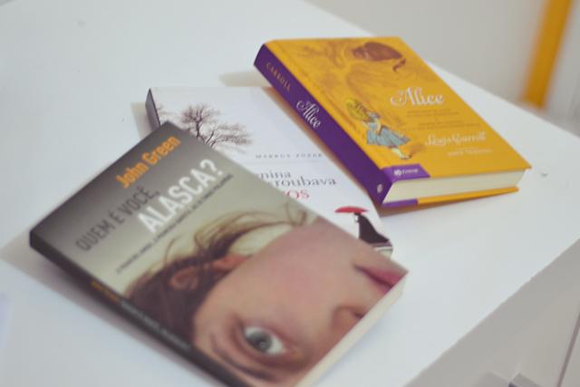 Meus livros favoritos: 1. Quem é você, Alasca? 2. A menina que roubava livros. 3. Alice no país das maravilhas.